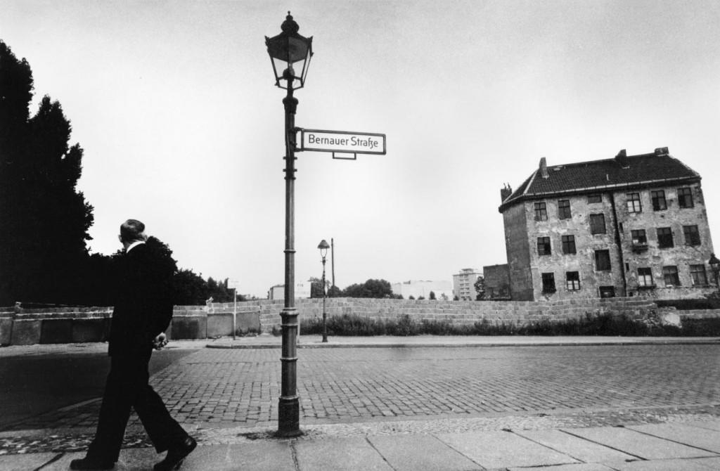Will McBride, Blick über die Mauer an der Bernauer Straße . 1956 - 1961